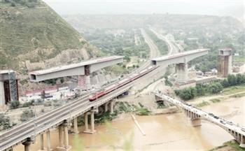 """西北铁路立交跨度最大的连续箱梁高空""""转体""""成功"""